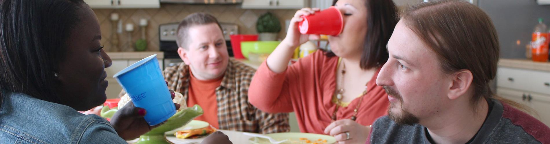 Vacature pedagogisch medewerker. Mensen die eten en praten.